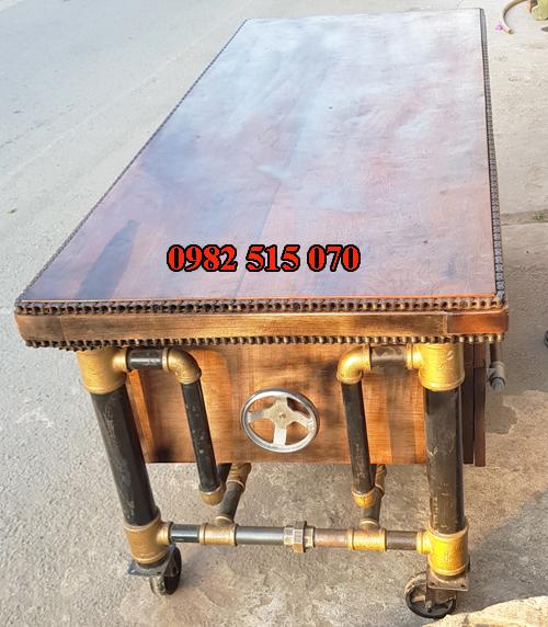 Chân bàn ống nước kết hợp một số phụ kiện tạo nên điểm khác lạ cho bàn